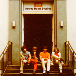 Band Nastasia vor den Abbey Road Studios